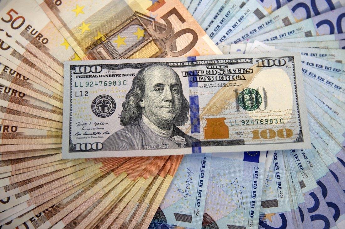 الدولار الأمريكي يواصل ارتفاعه مقابل العملات الرئيسية بعد رفع أسعار الفائدة