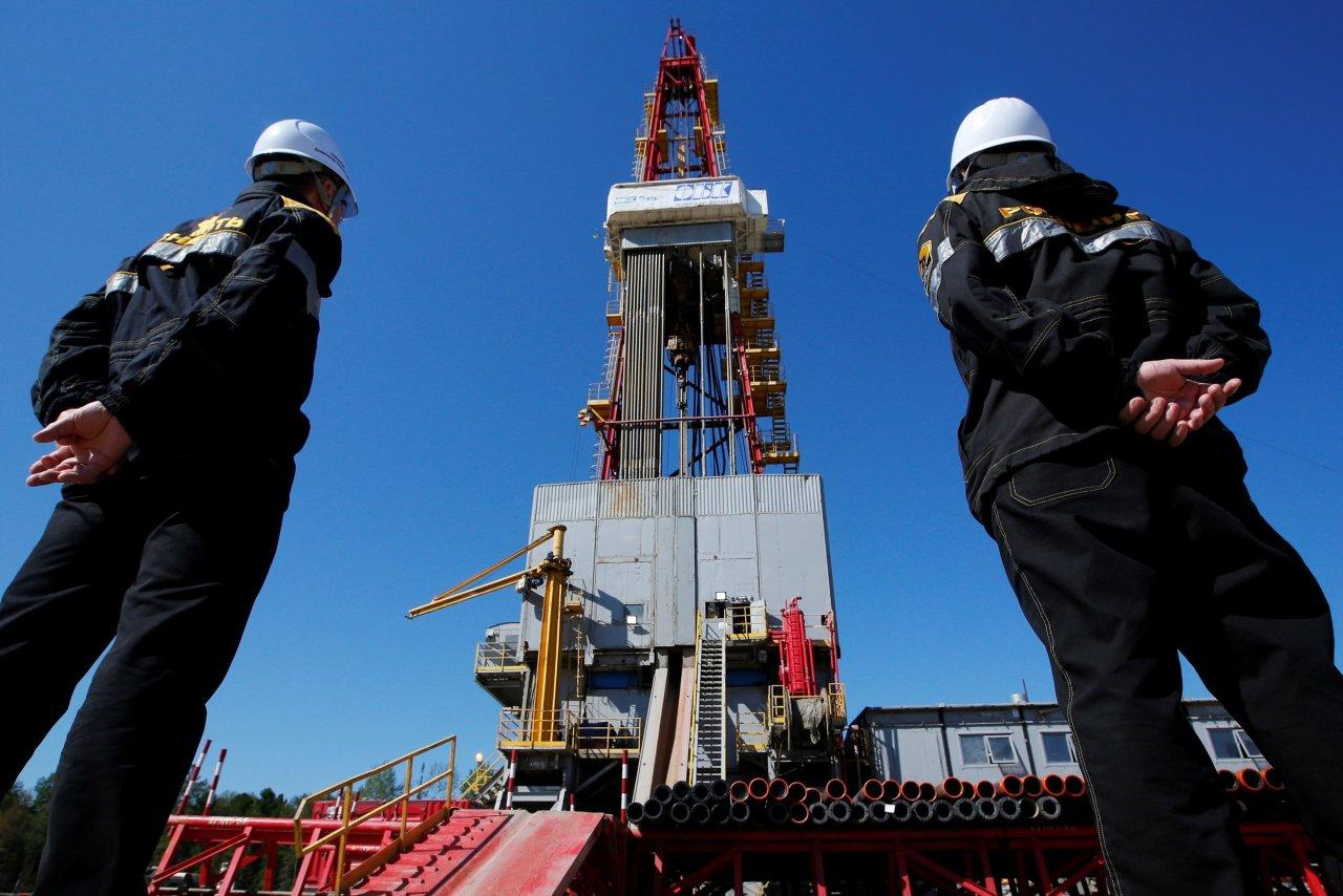 النفط الخام ينخفض قليلا وسط ترقب قرار تمديد إتفاق خفض الإنتاج