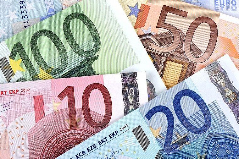 اليورو مستقر مع ارتفاع الدولار وسط تفاؤل باتفاق التجارة