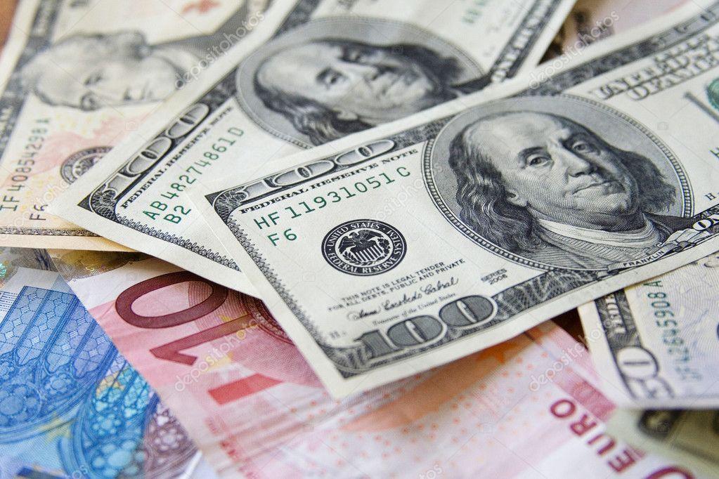 الدولار يواصل الهبوط وسط توقعات بخفض الفائدة الفيدرالية