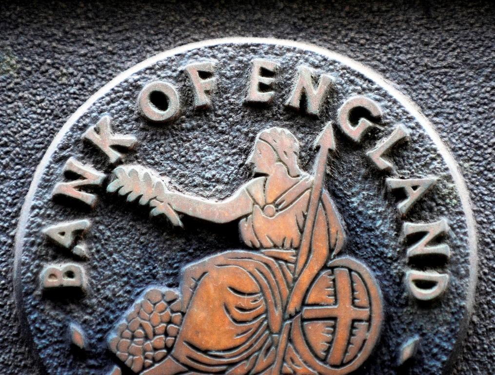 الاسترليني يقفز فوق 1.30 دولار بعد أن أبقى بنك إنجلترا أسعار الفائدة ثابتة