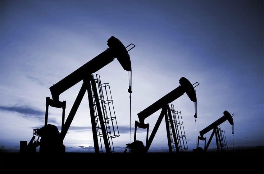 أسعار النفط تتخلى عن أعلى مستوياتها بتزامن مع ارتفاع مخزونات الخام الأمريكي